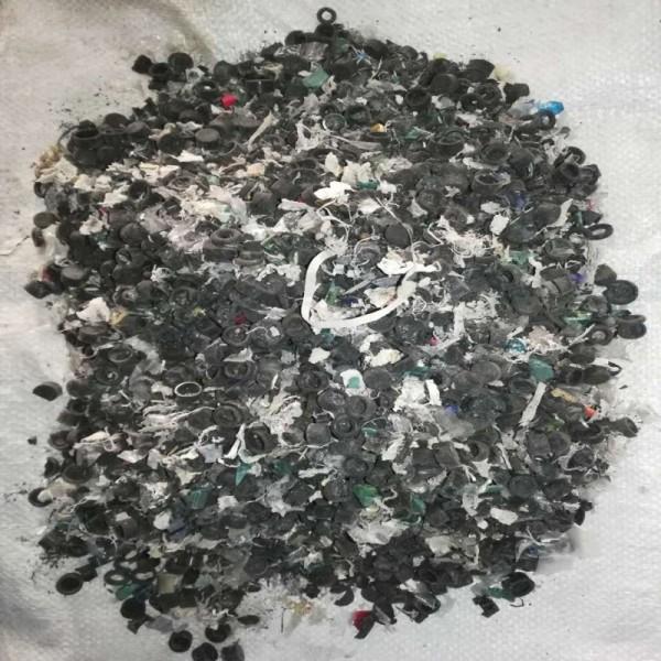 ABS电瓶壳破碎料选出的橡胶帽和轻质塑料膜杂质