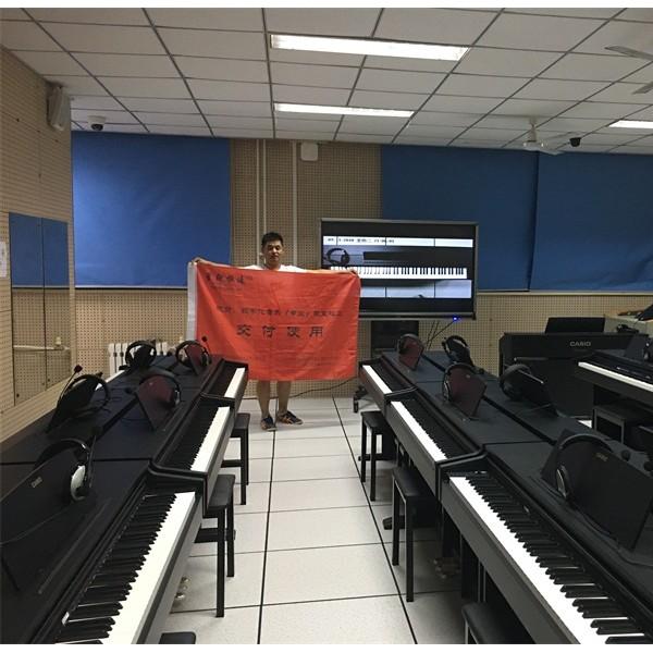 电钢琴教学系统教室学生带着耳机听到老师的讲解