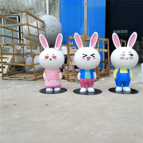 公园里可爱的小兔子模型定制玻璃钢卡通公仔雕塑