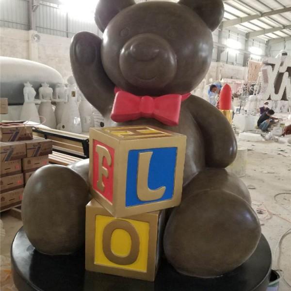东莞凤岗美丽IP卡通大型摆件玻璃钢字母熊仔雕塑