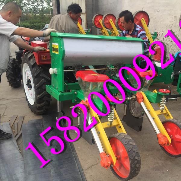 拖拉机带动玉米播种机